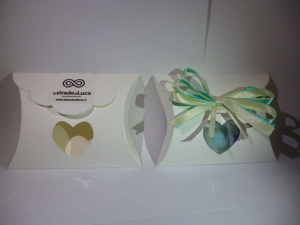 Portaconfetti in cartoncino bianco con logo, , bigliettino in bianco con logo, nastro in raso (colore a scelta). Donazione 2€.